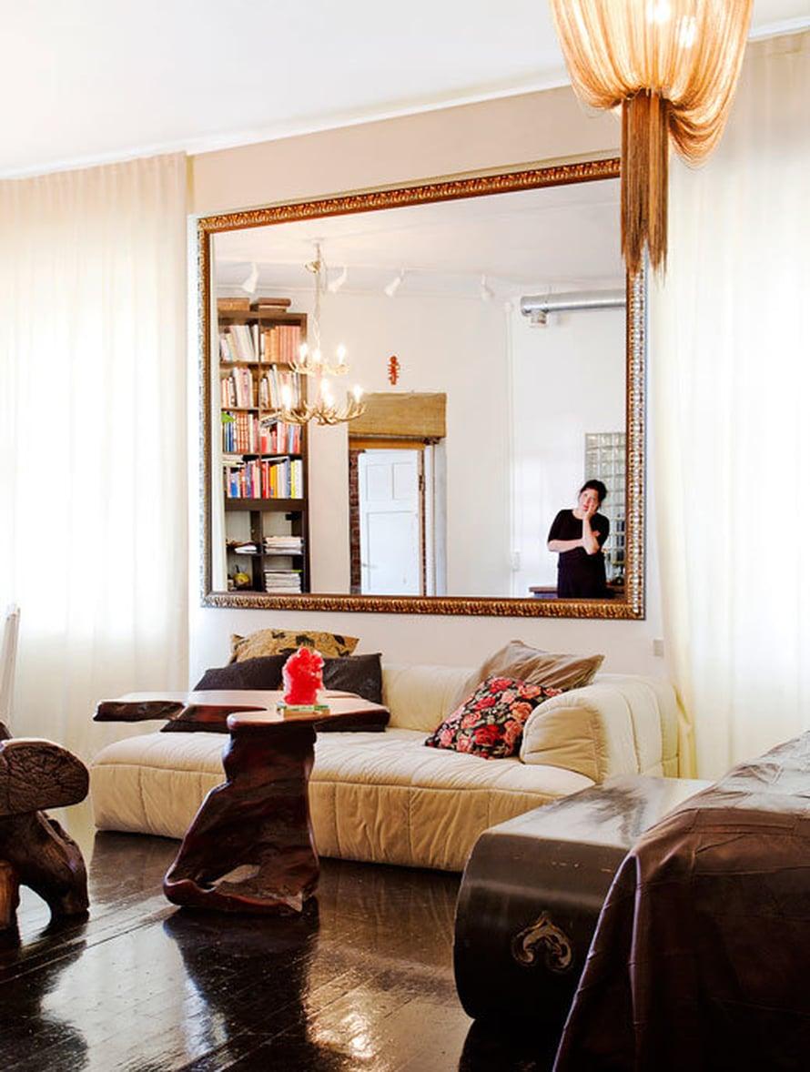 <p><p>Makuuhuoneen valtava peili oli paikoillaan jo silloin, kun puolikas huoneesta toimi Nannan ateljeena. Cini Boeri suunnitteli Strips-sohvan vuonna 1972, ja Atlantis-valaisimen muotoilija on Barlas Baylar. Tiikkipöytä on Thaimaasta.</p></p>