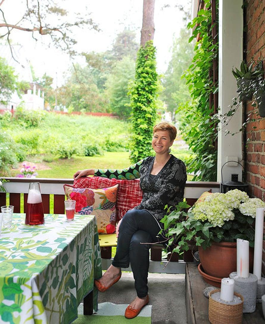 <p><p>Desipeli-designliikkeen omistaja Helena Metsäluoto viihtyy kesäkotinsa kuistilla.</p></p>