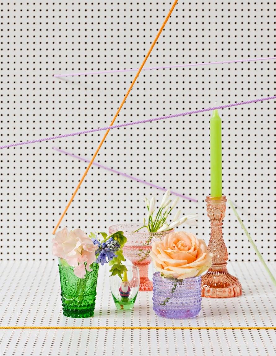 Värikkäät lasit, Isabel B, Iittala ja Tiger. Puutarhatonttukynttilä Stockmannilta.