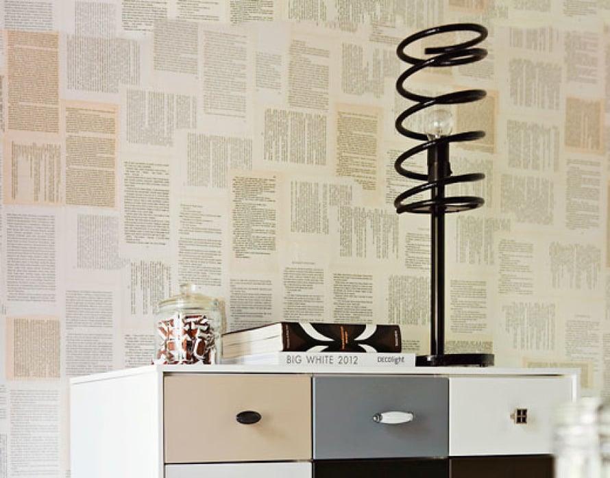 """<p><p>Työhuoneeseen Minna suunnitteli seinälle nostetun lipaston. Seinään on liisteröity vanhojen kirjojen sivuja.  Minna oli kerännyt kirpputorien ja kierrätyskeskuksen ilmaiskirjalaareista kauniskantisia kirjoja ja ajatellut tekevänsä niistä jotakin. """"Kansille en löytänyt käyttöä, mutta ajattelin ensin kokeilla kirjansivuilla tapetointia makuuhuoneen liukuoveen. Kun se onnistui, tapetoin myös työhuoneen seinän"""", Minna kertoo. Yksi Minnan luovuuden näytteistä on Rinco-valaisin. Veli, jolla on metallialan yritys, kysäisi siskolta, osaisiko tämä ideoida valaisimen. Minna bongasi veljen varastosta auton jousia. """" Jokaisessa autossa on erimallinen  jousi, joten valaisimistakin tulee persoonallisia."""" Ja niin uudet valaisimet saivat alkunsa. Iltahämärissä niistä heijastuvat upeat spiraalit seinälle. </p></p>"""