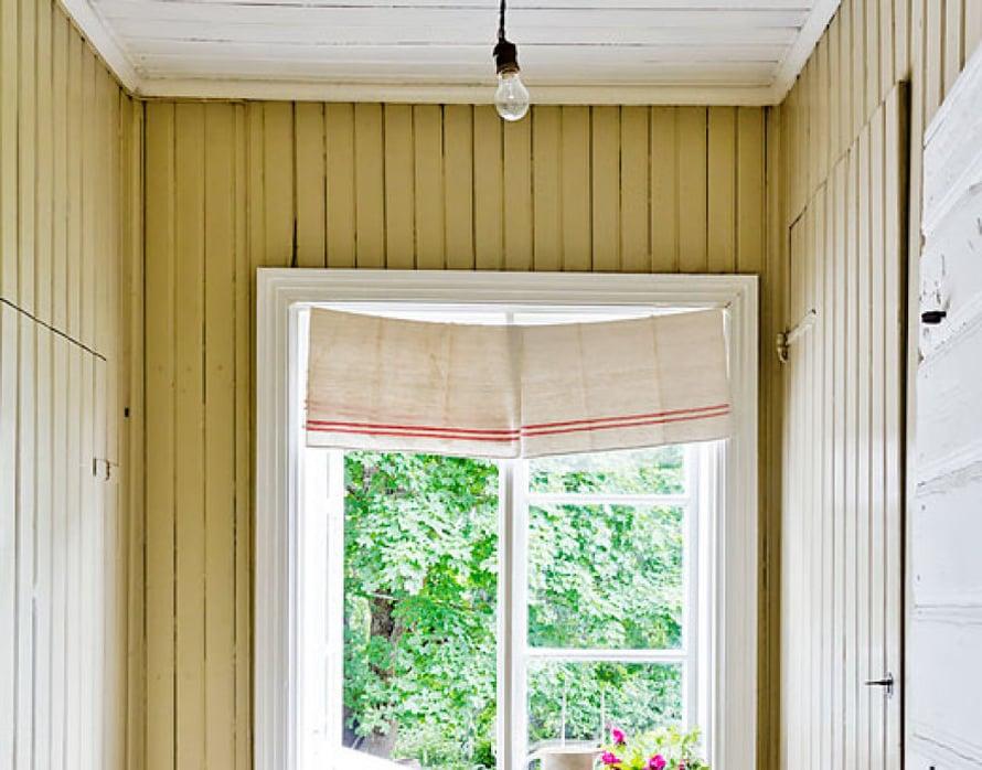 <p><p> Perhe hankki  yli 130 vuotta vanhan talon vuonna 2000, ja  perehtyi huolellisesti korjausrakentamiseen.  Huomaa hauska verhoidea: pellavaiset keittiöpyyhkeet!</p></p>