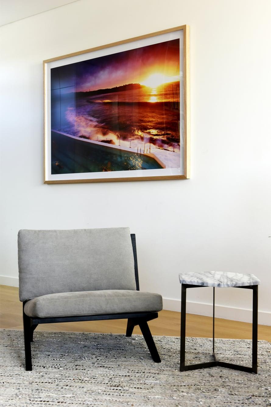 Tomi ja Minka pitävät sulavalinjaisista huonekaluista.  Yläkerran suuren löhösohvan kaveriksi he hankkivat kaksi pienikokoista nojatuolia. Pieni pöytä on marmoria ja löytyi Sydneystä.