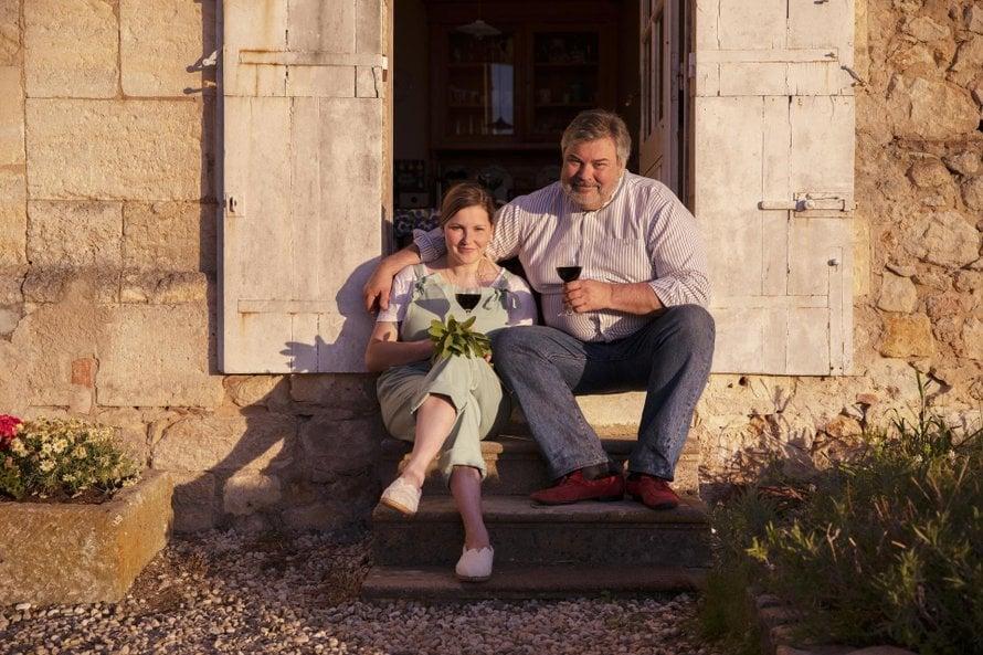 Berglundien viinitilalla kohtaa kaksi sukupolvea ja kaksi viinitraditiota. Juha Berglund on yksi suomalaisen viinikulttuuriin isistä, mutta tilan viinintekijä ja toimitusjohtaja Nea Berglund tekee viininsä omilla ehdoillaan.