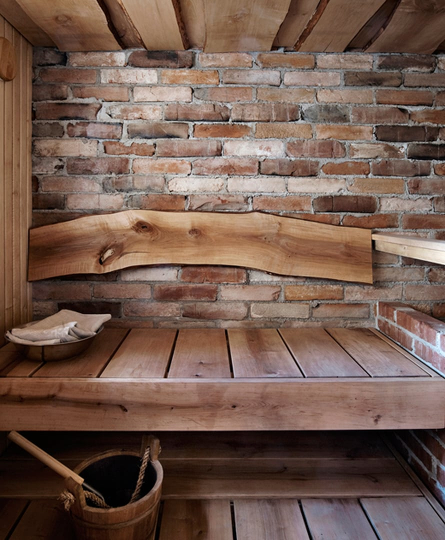 <p><p>Leveät leppälauteet, esiin kaivettu tiiliseinä sekä selkänojana yksi lauta. Kuva: Martti Järvi / Glorian Koti</p></p>