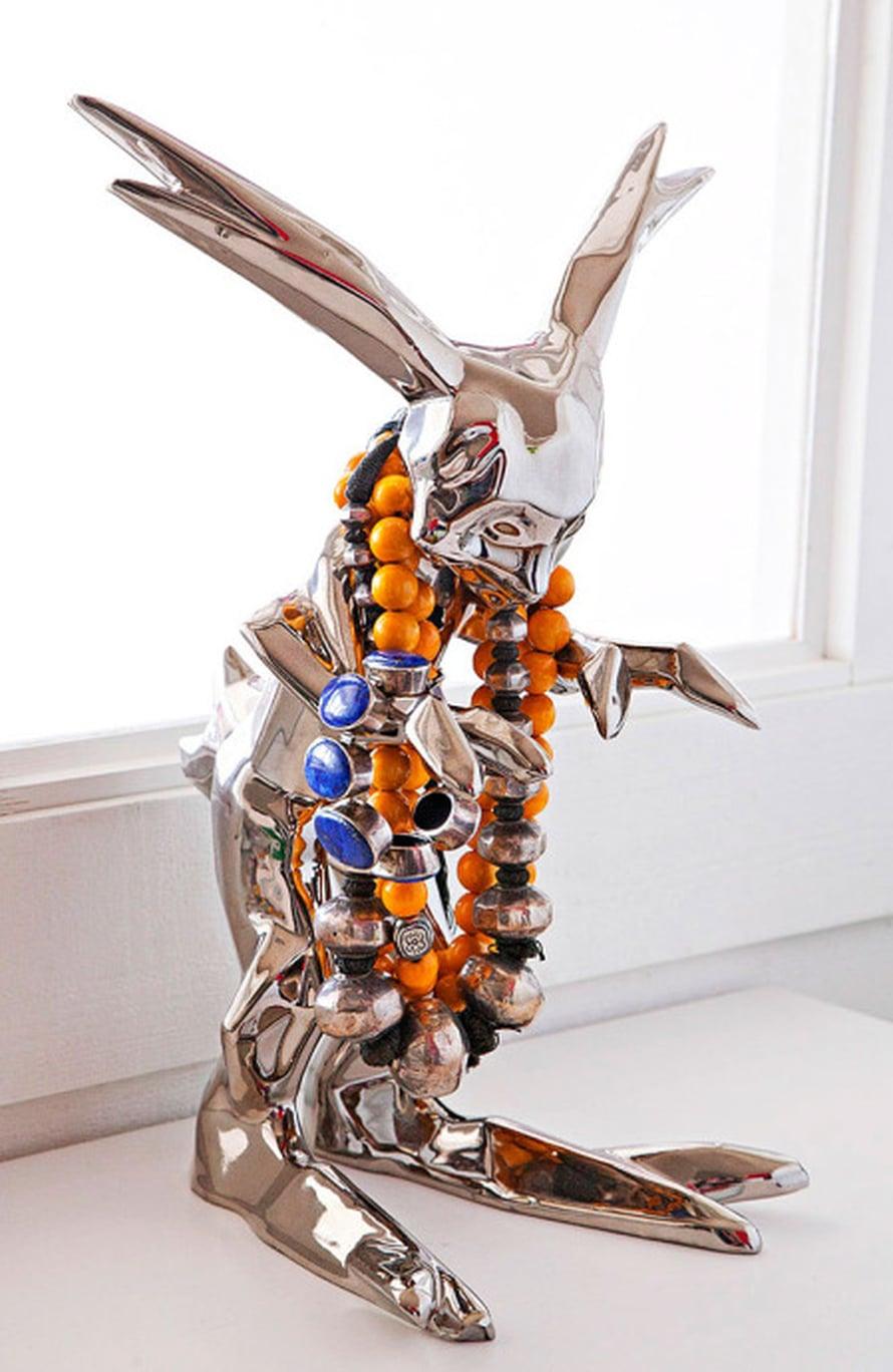 Kim Simonssonin veistos muuttuu käyttöesineeksi, kun jänön kaulassa roikkuvat helmet. Kuva: Pekka Järveläinen