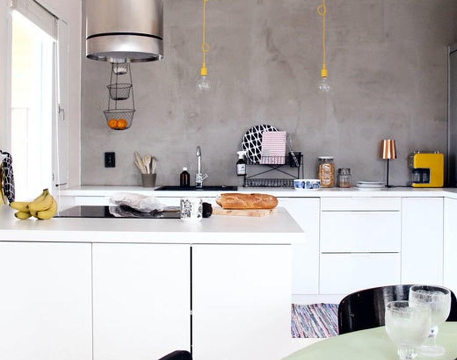 <p><p>Uusi keittiö tilattiin Puustellilta ja takaseinä käsiteltiin märkätilatasoitteella. Roiskeilta suojaa kirkas saunasuoja. </p></p>