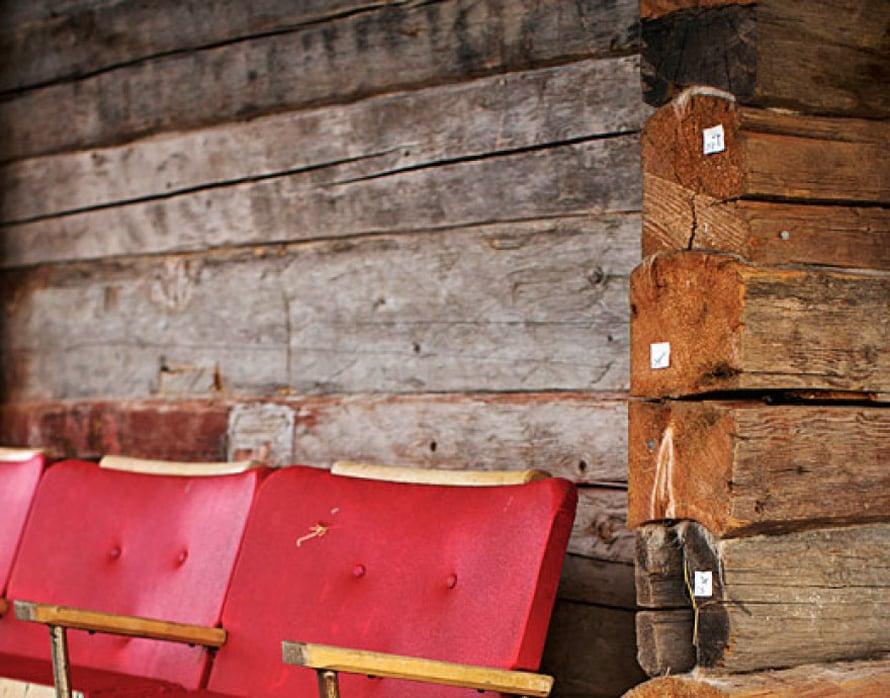 """<p><p>""""Olimme keikalla Keski-Suomessa, kun huomasin lavan takana komeat elokuvateatterin tuolit ja sain järjestäjältä luvan ottaa ne parempaan talteen. Ääniteknikkomme eivät oikein tykänneet siitä, että sulloin tuolit keikkabussiin, joka oli jo valmiiksi ääriään myöten täynnä.""""  </p></p>"""