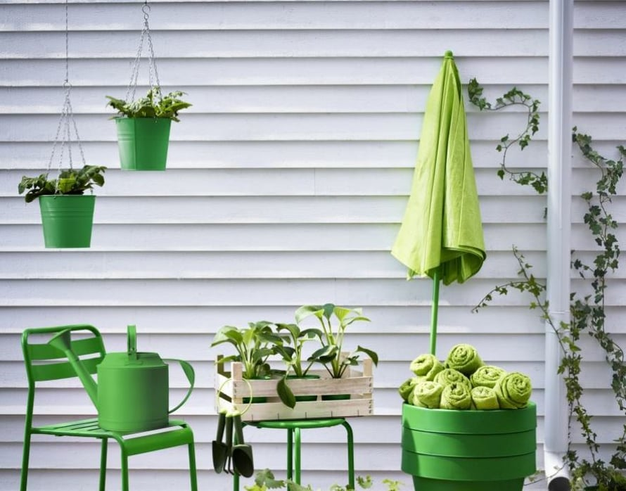 <p><p>Pistä parveke kerralla vihreäksi ruukkuja ja kalusteita myöten.  Kevyet Roxö-kalusteet ovat terästä. Kuva Ikea.</p></p>