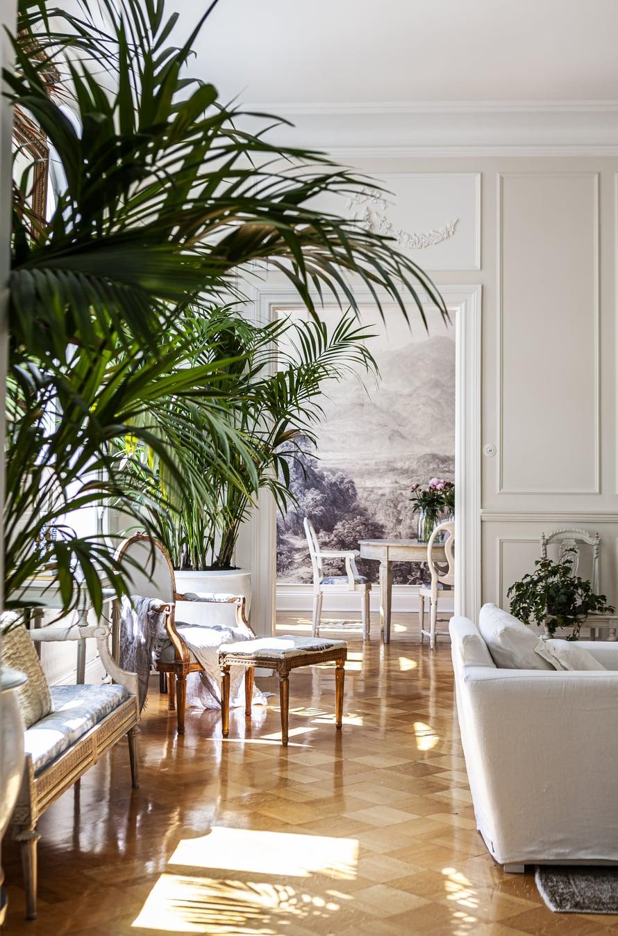 Olohuoneen kipsilistoilla toteutettuihin paneeliseiniin Julia sai idean Pinterestistä etsiessään vaihtoehtoa liian alastomilta tuntuville maalatuille seinille.
