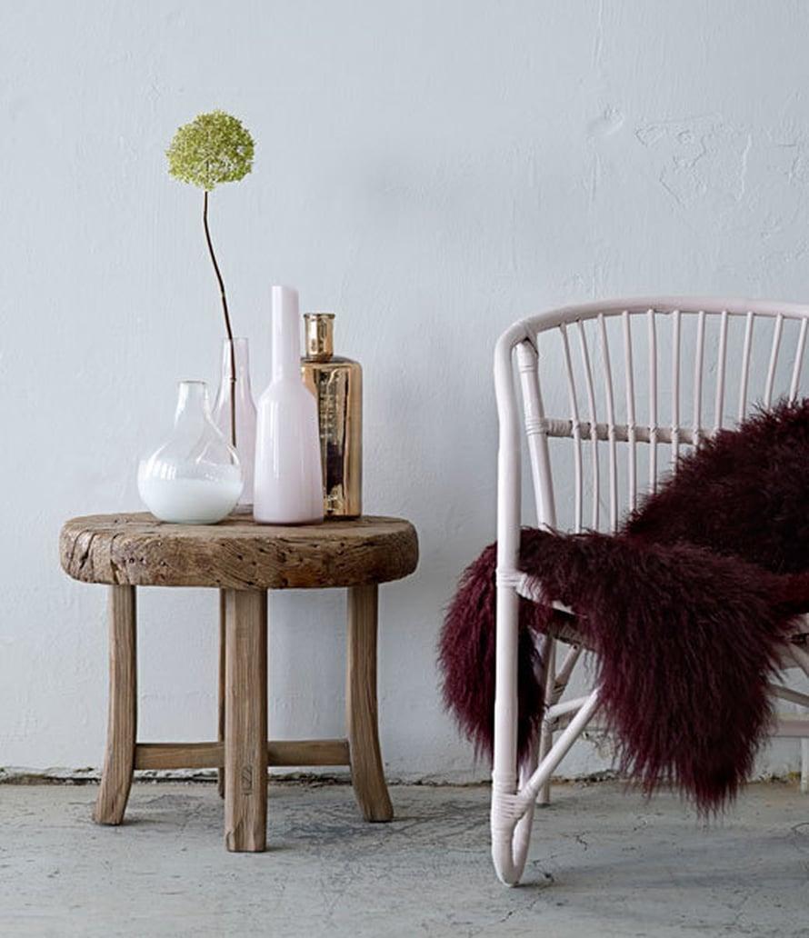 <p><p>Rottinkituolit ovat muodissa ja kesämökille ne sopivat parhaiten. Vanhan rottinkituolin voi raikastaa valkoisella maalilla ja asettaa vierelle rustiikin pikkupöydän. Eikö ole aika suloinen setti? Kuva: Bloomingville</p></p>