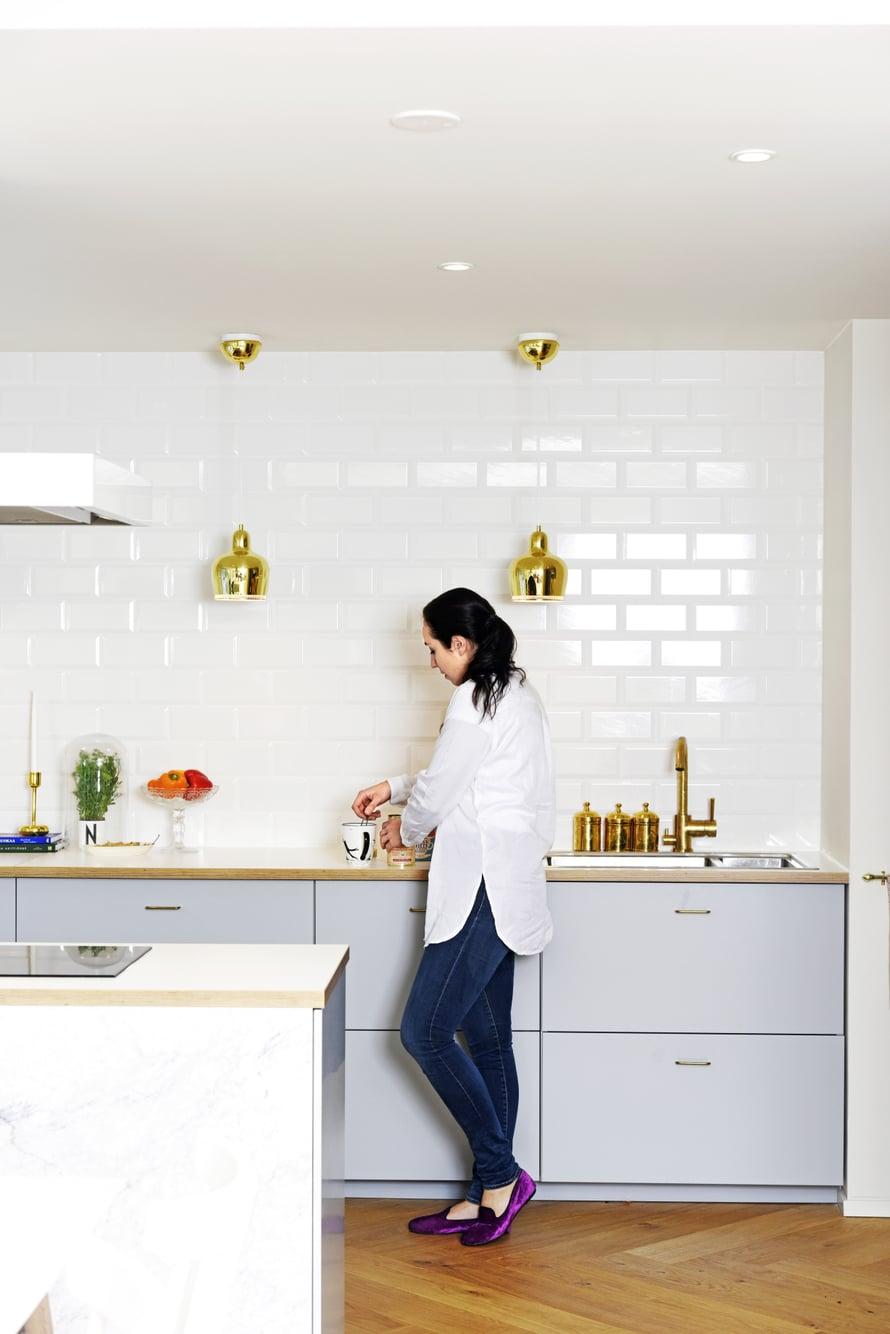 Integroidut kodinkoneet ja harmoniset värisävyt tekevät remontoidusta keittiöstä hallitun kokonaisuuden. Artekin klassikkovalaisimet olivat Annin sisustushaave jo pidemmän aikaa.
