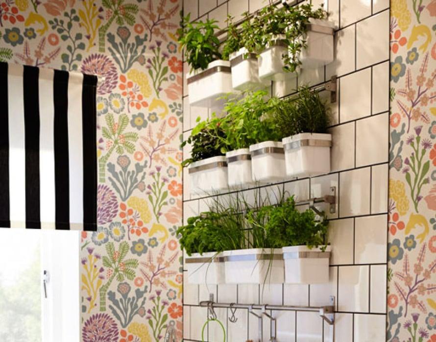 <p><p>Keittiön seinä täynnä yrttejä. Tästä niitä on helppo napsia suoraan ruokaan, ja yrttiasetelma näyttää hauskalta tiililadottua kaakeliseinää vasten. Kuva: Ikea.</p></p>