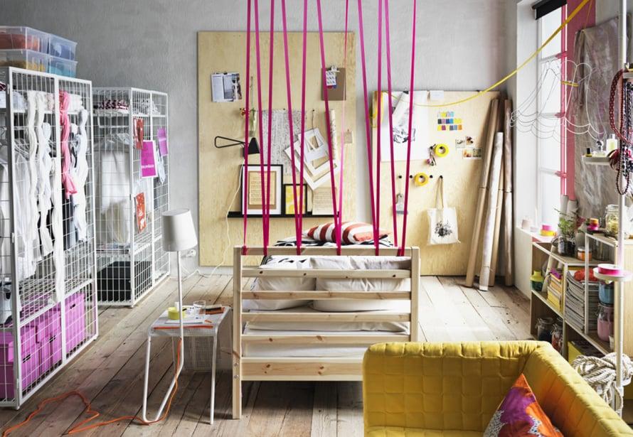"""Kopioi hauska idea: Pinkki nauha on p&auml;&auml;ssyt tilanjakajaksi. Huomioi my&ouml;s ymp&auml;rille ripotellut pienet pinkit sisustuselementit. Ei makeaa mahan t&auml;ydelt&auml;! Kuva: <a href=""""http://www.ikea.fi"""" target=""""_blank"""">Ikea</a>"""