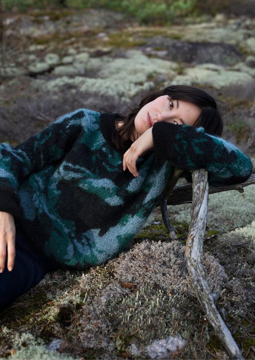 Metsä/Skogen -konseptiliikkeen tuotteet on tehty kestävän kehityksen periaatteiden mukaisesti. Kutomo Holopaisen neuleessa on Minni Havaksen printti.