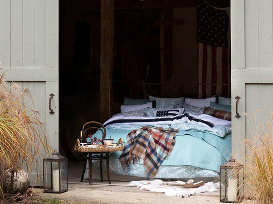 <p><p>Kesää odotellessa… Tämän huolettoman latotunnelman voi luoda omaan makuuhuoneeseen yhdistelemällä mintunvärisiin vuodevaatteisiin kantriruutua ja tietenkin tuon herkkuaamiaisen, suoraan sänkyyn kannettuna. Kuva: Lexington.</p></p>