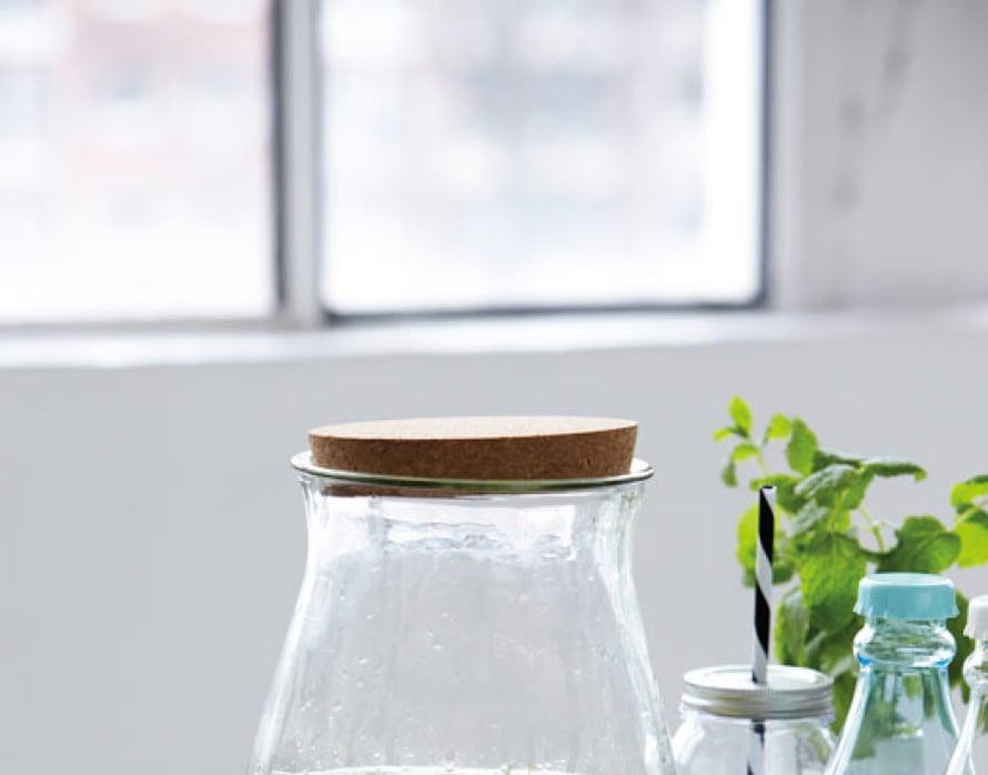 <p><p>Ah, miten ihanilta mintunlehdet näyttävät lasisessa kannussa! Jutun juju on yksinkertaisuus: lasia, vihreää ja hiukan pirteää keltaista. Kiva vinkki kevään juhlakattauksiin... Kuva: House Doctor.</p></p>