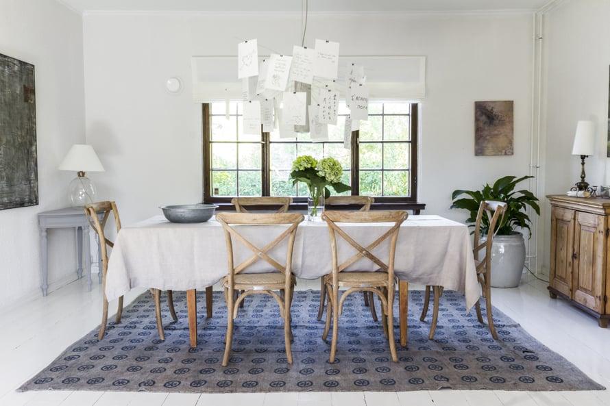Ruokailutilaa koristaa Ingo Maurerin suunnittelema Zettel'z-valaisin. Tunnelma on rento, mutta tilan materiaali- ja väriyhdistelmät ovat tarkkaan harkitut. Ruokapöydän tuolit hankittiin Cobellosta ja matto Salista. Sisutuksessa auttoi Bang Interiors.
