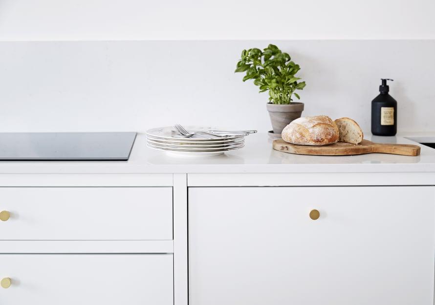Ovien raamitukset tekevät keittiön ilmeestä viimeistellyn ja persoonallisen. Myös vetimillä on suuri vaikutus lopputulokseen.