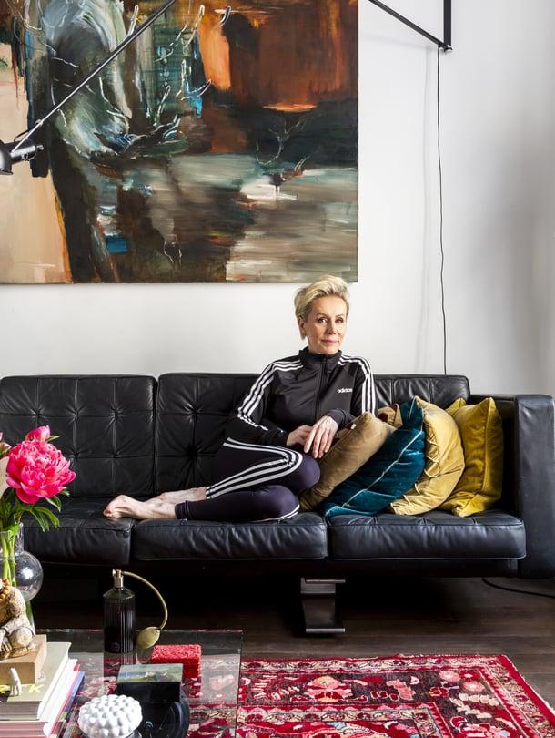 Irene Lemmetti-Haarasen kotona sisustus rakentuu taiteen ympärille. Maalaus on Outi Pienimäen.
