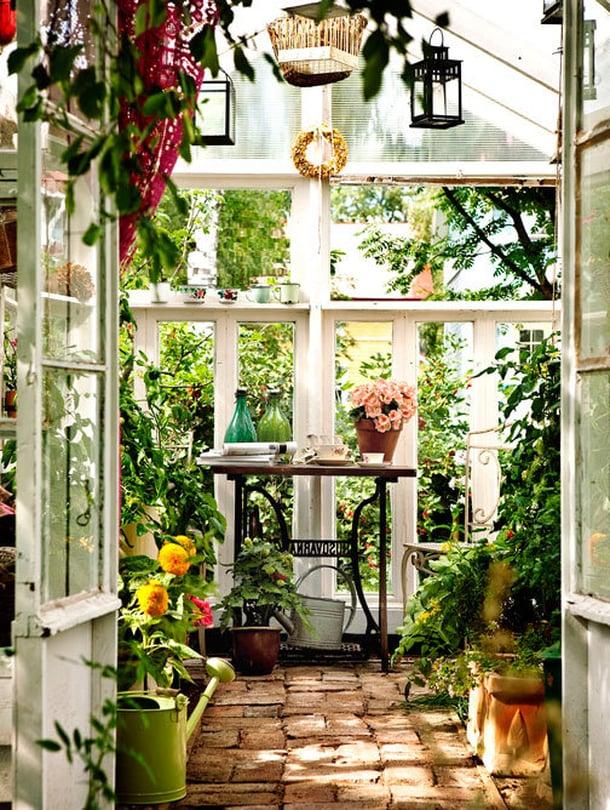 <p><p>Vanhoista ikkunoista koottu kasvihuone on niin tunnelmallinen, että siitä tuli paras kahvittelupaikka. Kahvipöytä on tehty laittamalla pöytälevy vanhan ompelukoneen jalan päälle.</p></p>