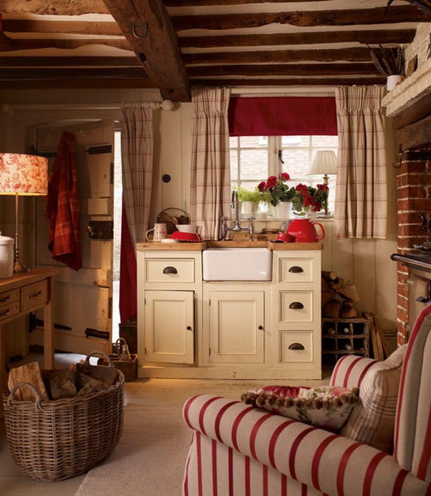 <p><p>Country-tyylinen keittiö raikastuu punavalkoisilla ruuduilla ja raidoilla. Kuva: Laura Ashley</p></p>