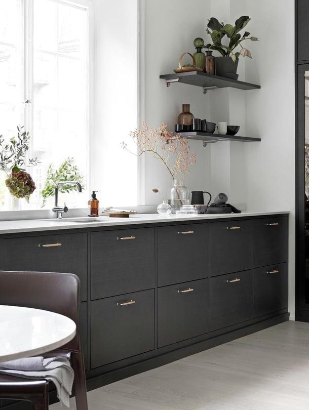 Ballingslövin Bistro-keittiö on tummanruskeaksi petsattua saarnia. Keittiön kanssa sopii hyvin yhteen vaaleaksi kuultokäsitelty tammiparketti, vaikka ne ovatkin eri puulajeja. Ne näyttävät hyvältä yhdessä, koska kontrasti on riittävän suuri.