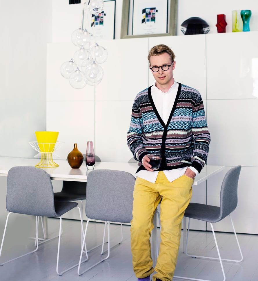"""""""Minua kiinnostaa tilojen monikäyttöisyys ja muunneltavuus. Muuton tuolit ovat paitsi ruokapöydän tuoleja myös hyviä työtuoleja. Pöydän on tehnyt ystäväni ja kollegani Yuki Abe. Haluan myös valita, mitä esineitä pidän esillä. Koko seinän kokoisessa Ikea-kaapistossa on paljon säilytystilaa."""""""