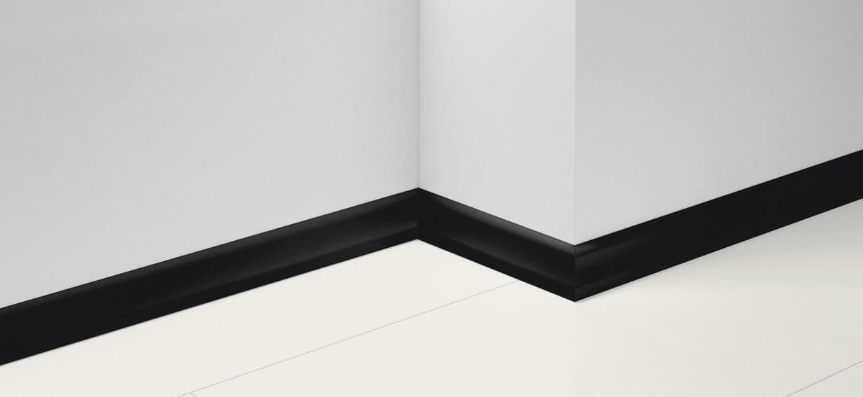 Paradorin mustalla jalkalistalla korostat huoneen muotoja näyttävästi.  Parador SL4-jalkalistan  koko on 19,5 x 60 x 2570 mm. Listan sisällä on 5 mm kaapelitila läpivientejä varten, 4,40 e/m, erikoisparketti.fi.