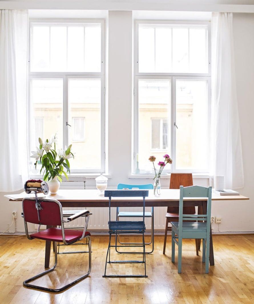 Ruokapöydän ympärille on koottu vanhoja tuoleja, suloisesti erilaisia. Yksi Mannan suosikeista on hänen avomiehensä vintagelöytö, vanha parturintuoli. Valkoiset liljat ovat laulajan lempikukkia, ja niitä löytyy kotoa vaaseista aina.