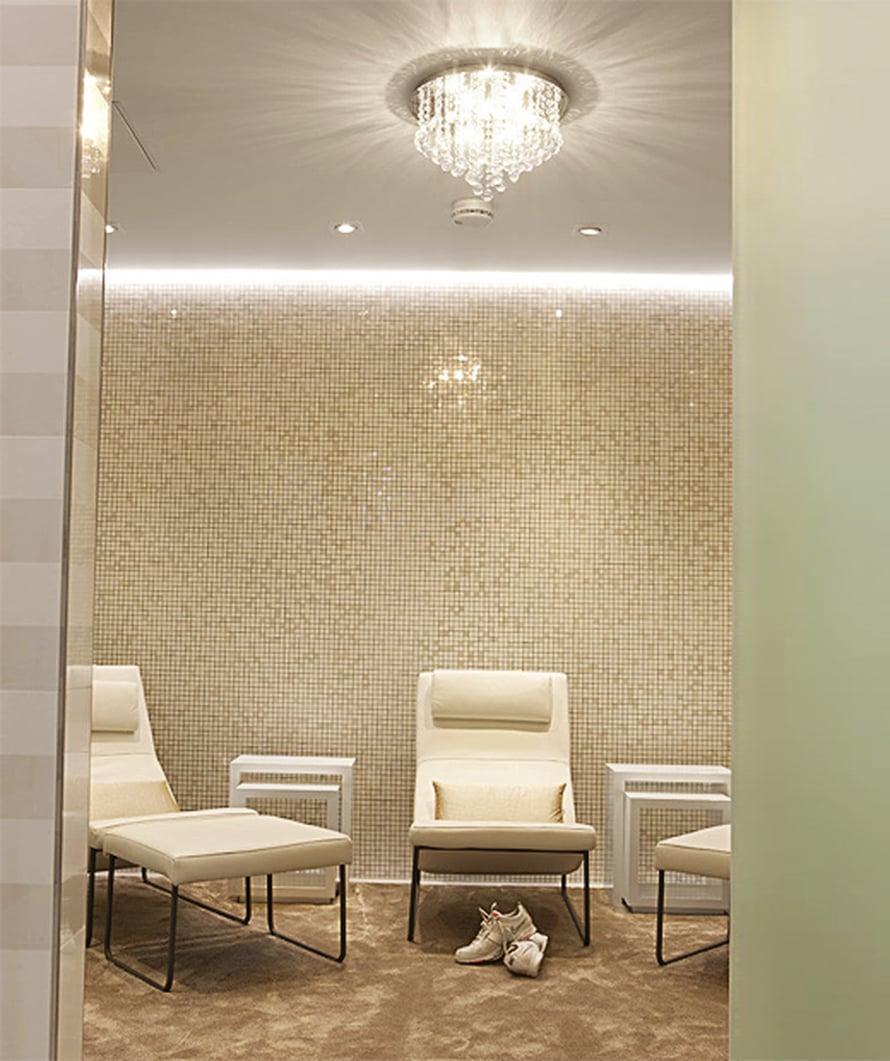 <p><p>Kellarin lounge-tiloissa on ylellistä hohtoa. Täällä hiihtokuningatar viettää aikaa ystävien kanssa. Säihkyvät laatat ovat Lahden kaakelista, lepotuolit HT Collectionista, pöydät Zarrosta ja matto Adorasta.</p></p>