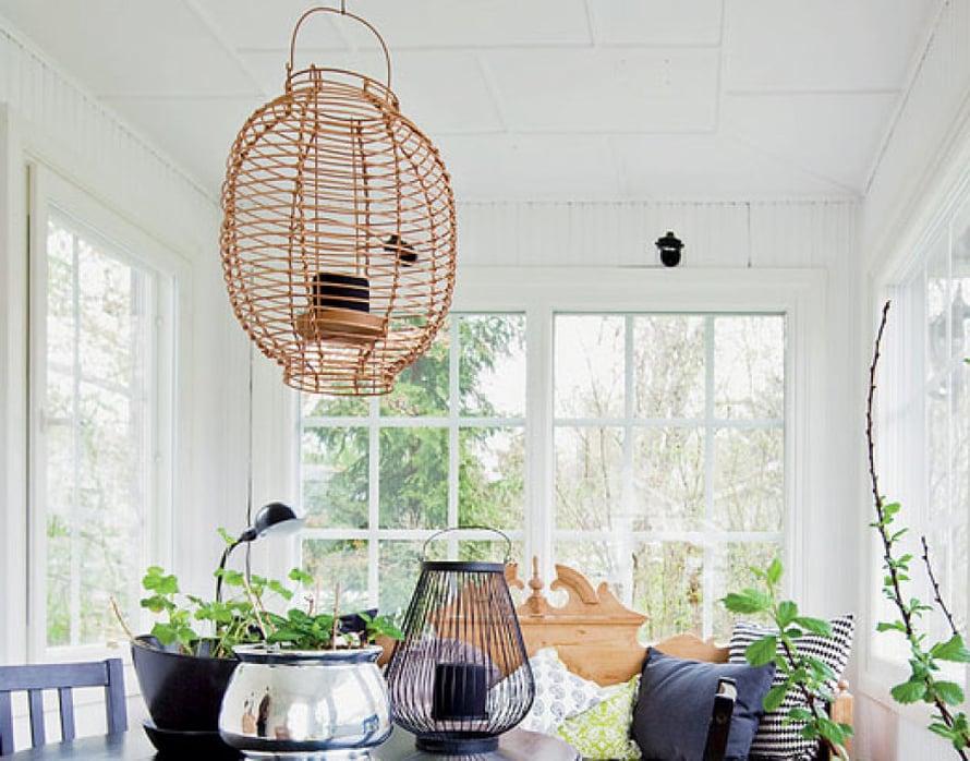 <p><p>Taloon astutaan sisään viihtyisän verannan kautta. Talonpoikaissohva on saanut kavereikseen siron pöytäryhmän ja erilaisia tuoleja.</p></p>