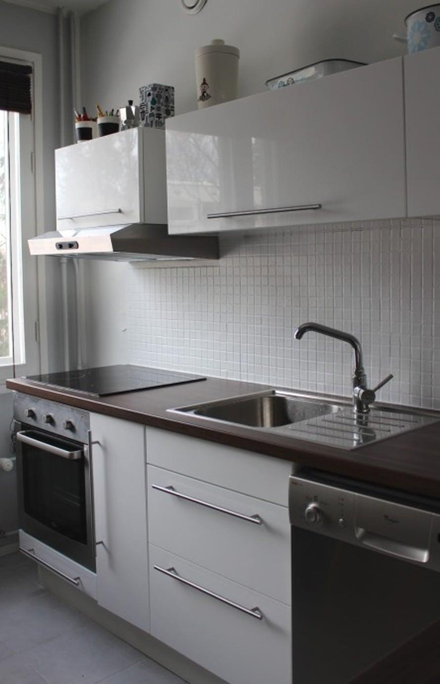 Nyt keittiön välitila on raikkaan vaalea. Harmaa on hyvä sävy välitilassa, sillä se tuo valoisuutta, mutta ei likaannu yhtä nopeasti kuin valkoinen.