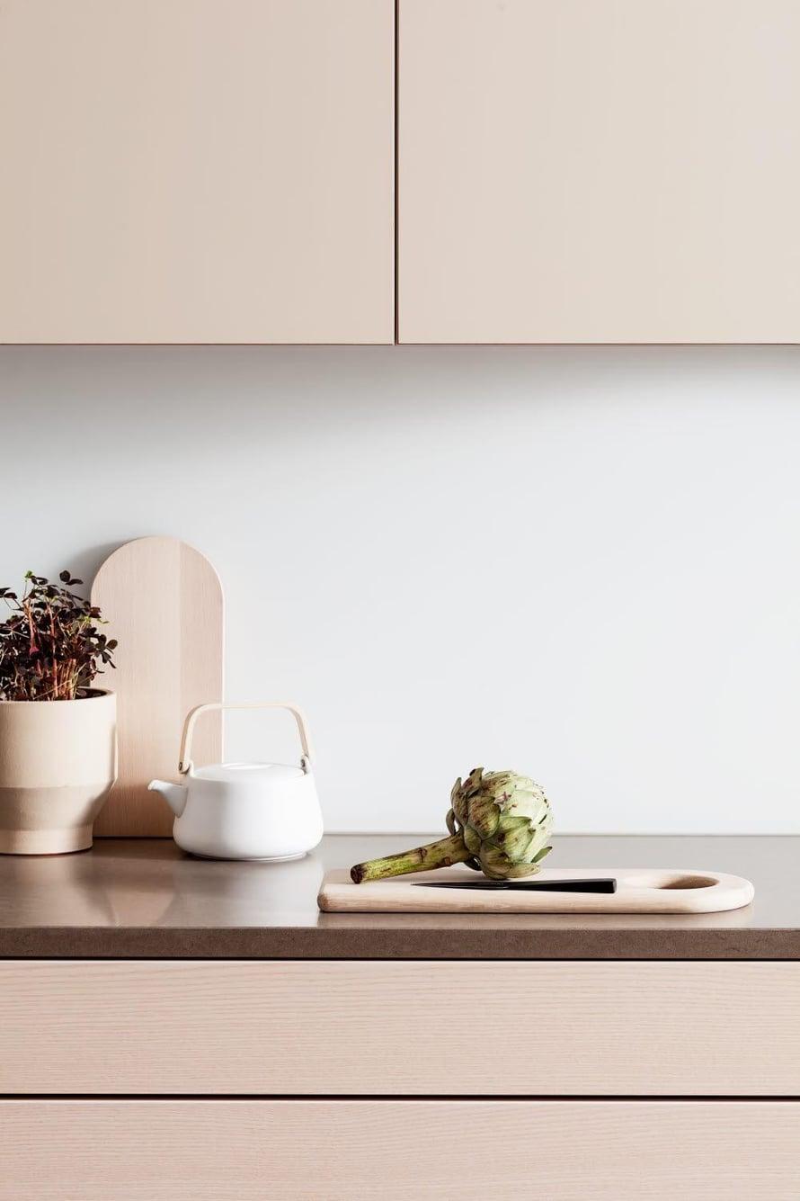 Myös rakenteelliset yksityiskohdat liitoksissa ja mittasuhteissa vaikuttavat keittiön yleisilmeeseen. HTH:n keittiössä tason ja laatikoston pinta ovat samassa linjassa, eikä taso tulee laatikoston yli kuten tavallisesti, hth.fi.