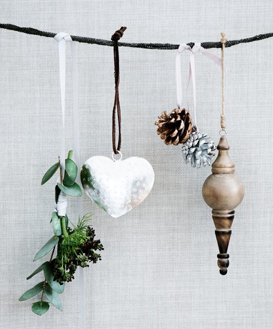 <p><p>Kuusenkoristeita voi myös ripustaa seinälle kiinnitettyyn naruun. Kuva ja tuotteet: Broste Copenhagen</p></p>