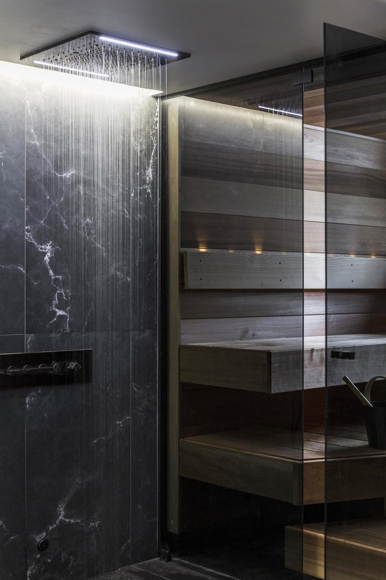 Heini suunnitteli erityisen tarkkaan kylpytilojen valaistuksen. Kattoon upotettiin voimakkaasti valaiseva ja himmennettävä LED-valolista.