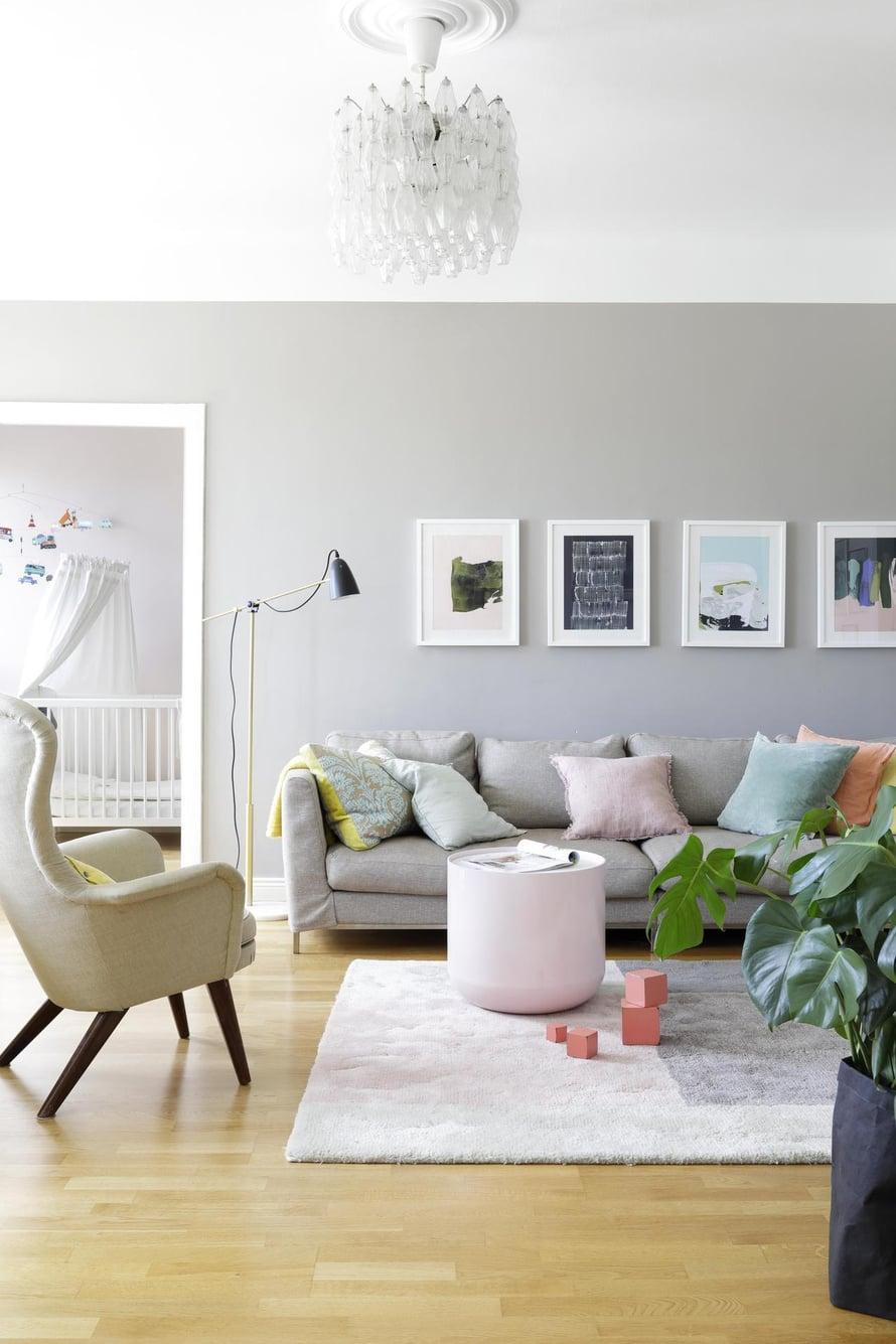 Olohuoneen katon vanhan muranolaisvalaisimen Sini ja Sampo ostivat asunnon myyjiltä. Vaalean tuolin Sini löysi opiskelija-asuntonsa roskalaatikosta, ja se odotti vintillä vuosia kaunista verhoilua. Seinän sävy on Tikkurilan 1917 harmaiden sävyjen värikartasta.