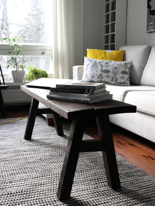Rouhea penkki on saanut inspiraationsa vanhoista lypsyjakkaroista sekä saunan penkeistä. Tällä hetkellä penkki toimii sohvapöytänä ja laskutilana lukuvuoroaan odottaville kirjoille.