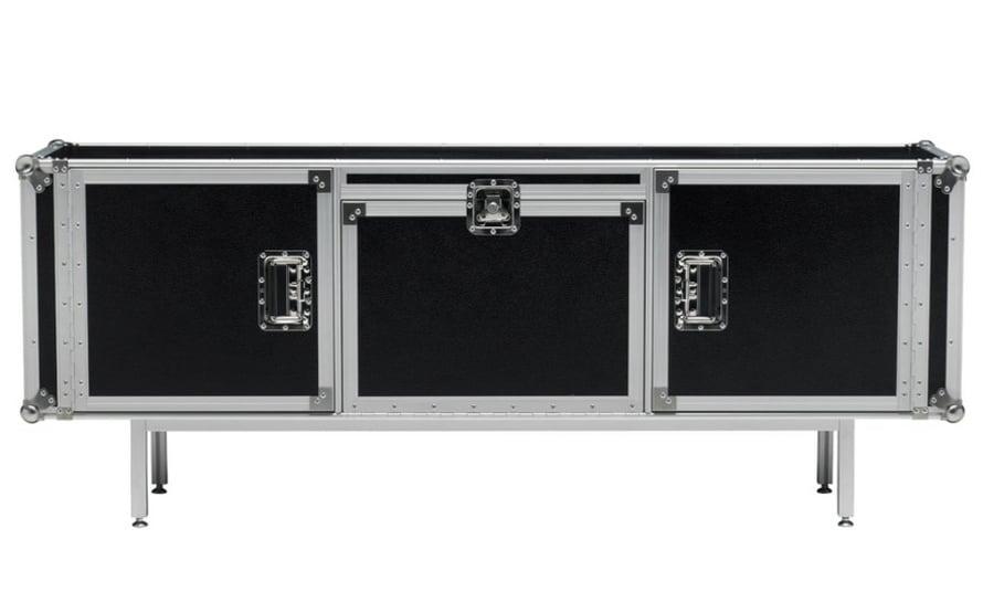 Roudauslaatikoista tuli kaluste. Dieselin käsin maalattu Total Flightcase, 180 x 45 cm, on valmistettu puusta ja metallista, 3 479 e, Formverk