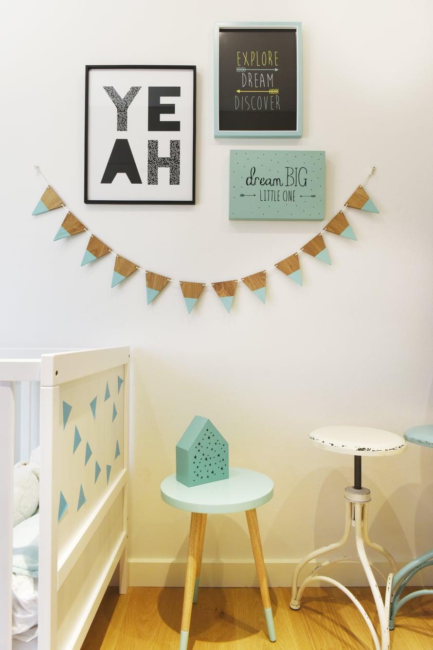 Poikien huoneissa tehostevärinä on turkoosi. Muutenkin kodin sävymaailma on pidetty skandinaavisen vaaleana.