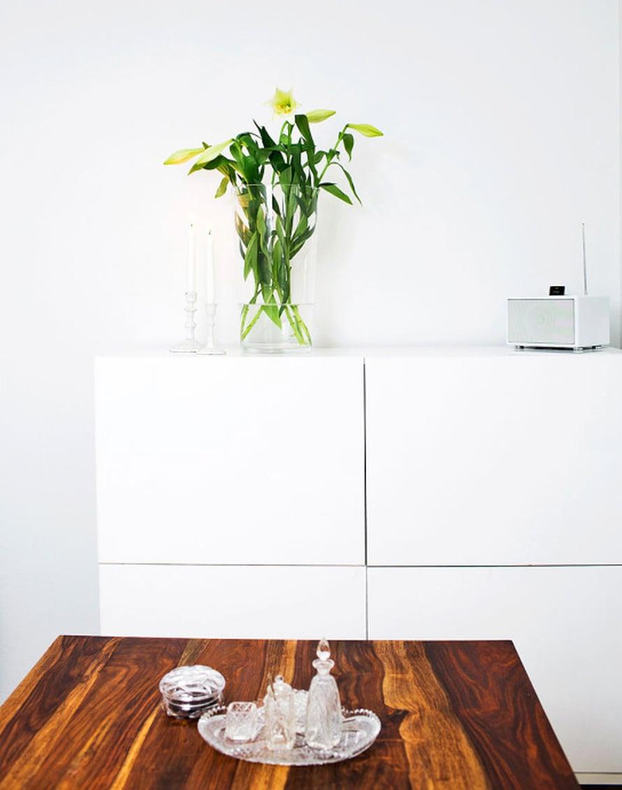 Leikkokukkia Nooralla on jopa kylpyhuoneessakin. Valkoiset liljat ovat suosikkien joukossa. Kristallikokoelma karttuu pikku hiljaa, parhaat löydöt on tehty kirpputoreilla. Myös ystävät ovat tuoneet astioita lahjaksi kristallinkeräilijälle.