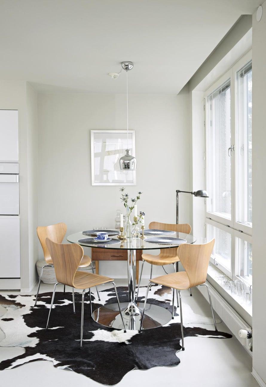 Ruokailunurkkauksen Ulla sisusti 1950-luvun hengessä. Ruokapöytää ympäröi Arne Jacobsenin Fritz Hansenille suunnittelemat Series 7 -tuolit. Alvar Aallon Kultakello-valaisimen Ulla valitsi mesinkisenä, ja seinälle hän kehysti vedoksen Salvador Dalin työstä. Lattiavalaisin on hankittu Sisustusliike Salista.