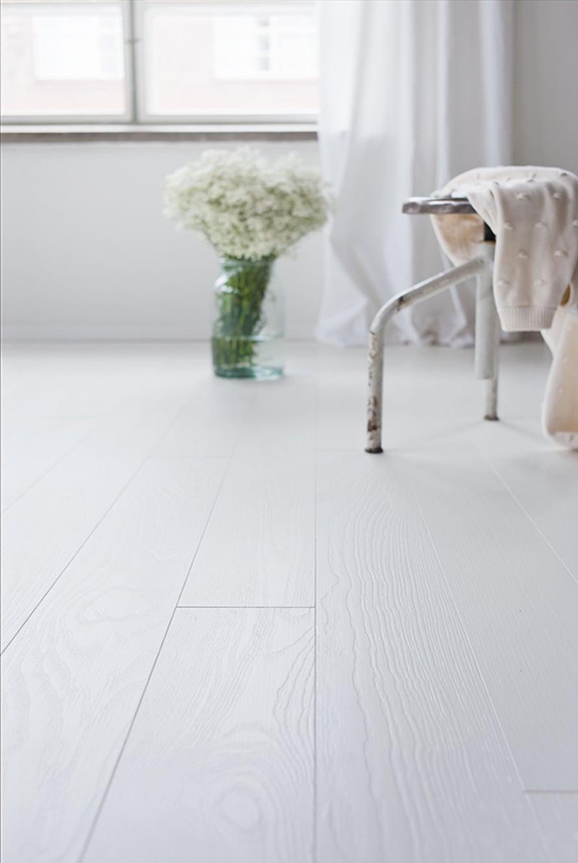 Valkoinen lattia raikastaa hirsimökin ilmeen, Timberwisen Polar-saarniparketti 88,70 e/m², Netrauta.fi.