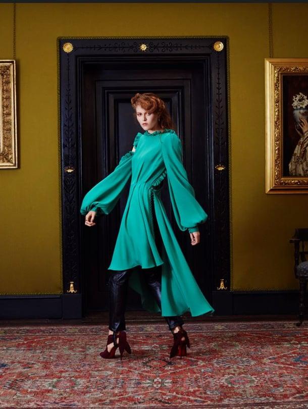 Leigthton Housen Silkkihuoneen seinillä oli aikalaisten maalauksia. Mekko 1 550 e ja housut 1 905 e, Magda Butrym, kengät Christian Loboutin/Roland Mouret, hinta tiedusteltaessa. Korvakorut 201 e ja 167 e, sormus 127 e, kaikki Astley Clarke.