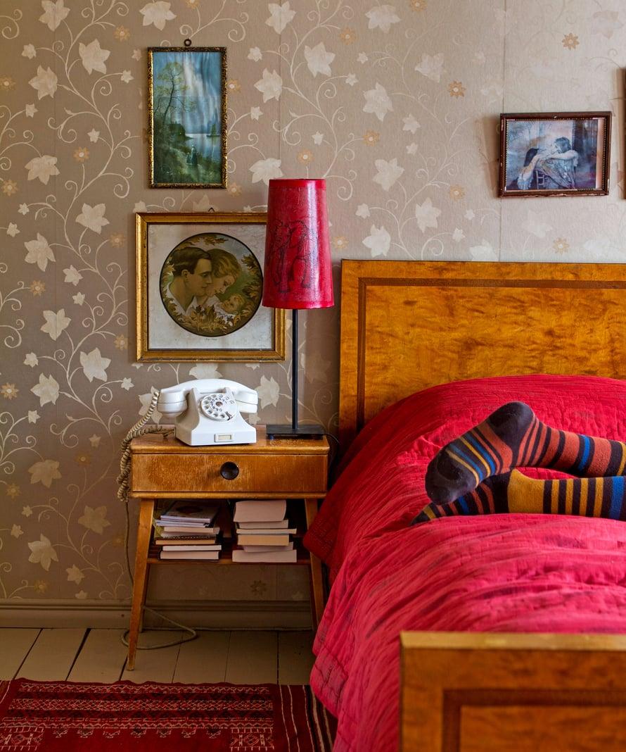 Valoisa makuuhuone on mukava paikka köllötellä kirjaa lukien, varsinkin silloin kun talo on täynnä perhettä. Viiville rakas makuuhuoneen visakoivu-kalusto on hänen äitinsä vanhempien 1930-luvulla itselleen häälahjaksi teettämä.
