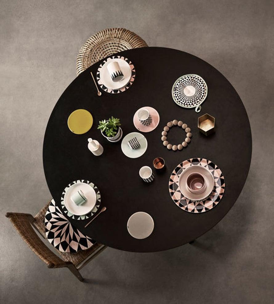 <p><p>Yhdeltä puuttuu tuoli, mutta ehkä hän kokkaa munakasta keittiön puolella. Mintun ja pinkin väriset astiat ovat niin herkullisia, että malttaako näihin sotkea niitä munakkaita ja pekoneja lainkaan? Kuva: Ferm Living.</p></p>