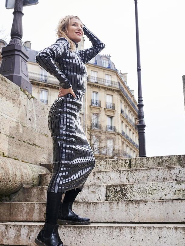 Y/Project-merkin futuristisen mekon pinnassa kulkevat lateksiraidat. Saappaat Dr. Martens.