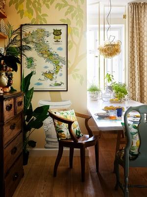 Keittiön seinää koristaa taiteilija Aurora Näsin maalaama sitruunapuu. Valaisin AT-Lasi.