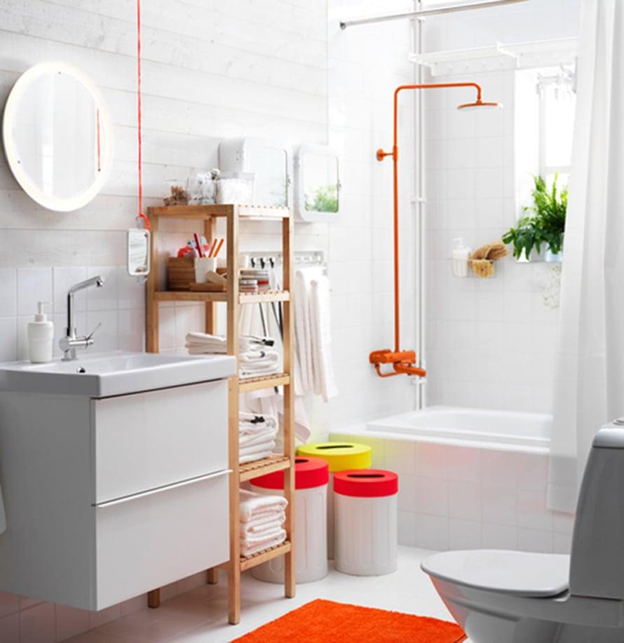 """T&auml;ss&auml; Ikean kylpyhuoneessa ei ole hauskoja ideoita s&auml;&auml;stelty: huomaa paitsi upea oranssi suihku, my&ouml;s oranssilla paksulla narulla katosta roikkuva k&auml;sipeili. Godmorgon-allaskaluste kahdella laatikolla 220 e, Strapats-poljinsangot alk. 14,99 e, Storjorm-peili 79 e. Kuva: <span class=""""photographer""""><a href=""""http://www.ikea.fi"""" target=""""_blank"""">Ikea</a></span>"""