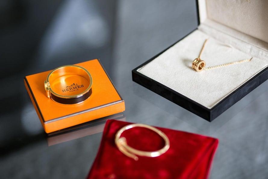 Cartierin kultainen rannekoru (etualalla) on yksi rakkaimmista. Bulgarin kultariipus ja Hermèsin rannekoru ovat klassikoita, jotka eivät koskaan mene muodista.  Printit tekevät perusvaatteista kiinnostavia. Saint Laurentin silkkipaidassa on hauska huulipunakuosi.