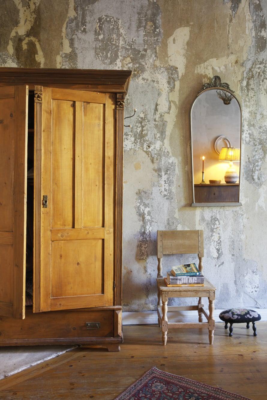 Makuuhuoneen seinäpinta paljastaa kerrostumia ja elää valon kulun mukaan. Vaatekaappi on peritty.  Vanhan hääjakkaran pinta on käsin kirjottu. Talonpoikaistuoli toimii pikkupöytänä. Metallikehyksinen peili on aina ollut asunnossa.